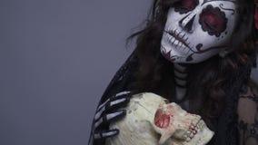 Мертвая девушка держа череп, состав скелета на хеллоуин движение медленное сток-видео