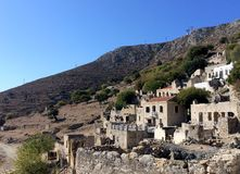 Мертвая деревня в острове Tilos, Греции Tilos малый остров расположенный в Эгейском море, части группы в составе Dodecanese остро Стоковые Фотографии RF