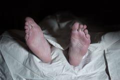 Мертвый человек лежа на поле под белой тканью - ретро стилем стоковые фотографии rf