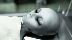 Мертвый чужеземец в морге на таблице Футуристическая концепция аутопсии кинематографический отснятый видеоматериал 4k иллюстрация штока