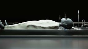 Мертвый чужеземец в морге на таблице Футуристическая концепция аутопсии кинематографический отснятый видеоматериал 4k иллюстрация вектора