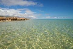 Мерцающий океан против голубого неба Стоковое Изображение