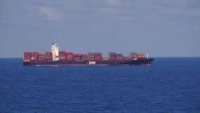 Мессина, Италия - 6-ое ноября 2018 - вид с воздуха грузового корабля контейнера с красочными контейнерами в открытом море сток-видео