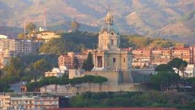 Мессина, Италия - 6-ое ноября 2018 - панорамный вид города и виска Христос король в Сицилии в 4k сток-видео