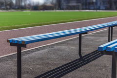 Места деревянной скамьи для вентиляторов на футбольном поле футбола стоковая фотография
