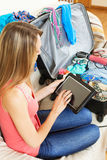 Места просматривать девушки, который нужно посетить с таблеткой перед разрешением Стоковое Изображение