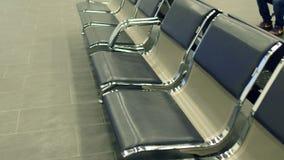 Места салона авиапорта или железнодорожного вокзала emty Ждать концепция съемка steadicam 4K сток-видео