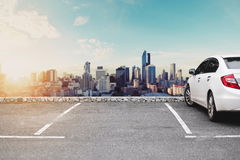 Места для стоянки автомобиля, sightseeing городской взгляд городского пейзажа в восходе солнца утра Стоковое фото RF
