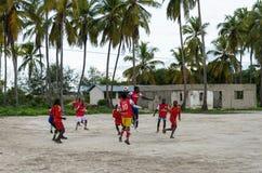 Местная африканская футбольная команда во время тренировки на игровой площадке песка Стоковое Изображение