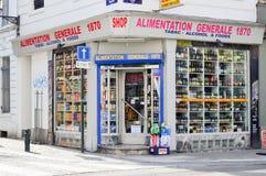 Местная бакалея продавая еду, табак, и алкогольные напитки в Брюсселе, Бельгии стоковые фото
