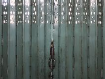 Местная винтажная азиатская стальная зеленая дверь изнутри здания стоковые фото