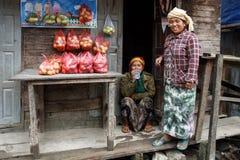Местная женщина продавая яблока в положении Chin, Мьянме Стоковые Изображения