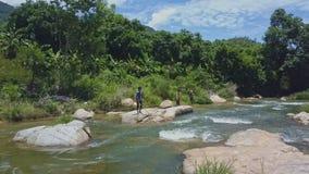 Местная прогулка парней вдоль реки и рыбы против джунглей акции видеоматериалы