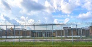 Местная тюрьма графства которая расквартировывает prisioners стоковые изображения rf