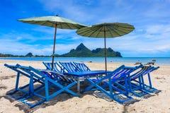 Местное Sunbeds на пляже, Таиланд стоковые изображения rf