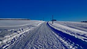 Местность Snowy под красивым голубым небом стоковое изображение rf