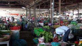 Местные держатели и люди стойла в дневном времени Hoi крытый рынок, Вьетнам акции видеоматериалы