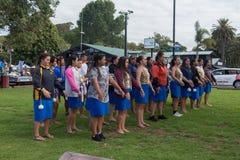 Местные девушки школы praticing традиционный танец Paihia маорийский Стоковые Фото