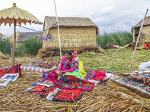 Местные женщины в традиционной работе одежды продают ремесленничества Стоковые Изображения