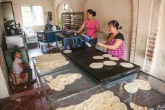 Местные женщины делают дом сделали tortillas в небольшой пекарне в Сан j стоковые изображения rf