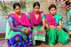 Местные женщины сидя бассейном в дворе Jama Masjid Стоковая Фотография RF