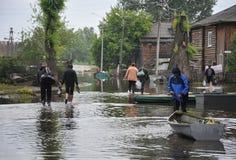 Местные жители двигают вокруг улиц во время потока Обь, которая пришла из банков, затопила окраины ci Стоковые Изображения RF
