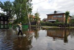 Местные жители двигают вокруг улиц во время потока Обь, которая пришла из банков, затопила окраины ci Стоковая Фотография RF