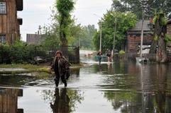 Местные жители двигают вокруг улиц во время потока Обь, которая пришла из банков, затопила окраины ci Стоковые Изображения