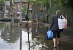 Местные жители двигают вокруг улиц во время потока Обь, которая пришла из банков, затопила окраины ci Стоковая Фотография