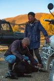 Местные казахи нагрузили и коза связи на мотоцикле перед убоем стоковая фотография