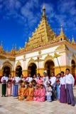 Местные люди в традиционных костюмах принимать свадьба cere стоковая фотография