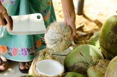 Местные люди делают молоко кокоса от кокоса Стоковая Фотография RF
