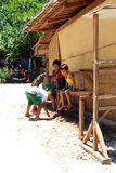 Местные мальчики отдыхая от солнца после полудня Стоковые Изображения