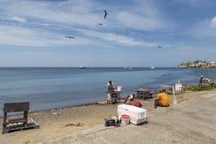 Местные рыболовы работая на пляже стоковое фото