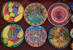 Местные сувениры на дисплее на рынке пляжа в Playa del Carmen, Мексике Стоковые Фото