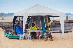 Местные люди арендуя доски прибоя на пляже Weligama Стоковая Фотография