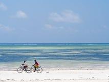 Местные люди велосипед в Занзибаре стоковое изображение