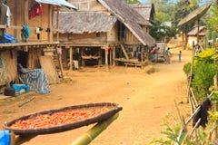 Местные люди в их ежедневной жизни в малой деревне - сушить чили в солнце стоковая фотография rf