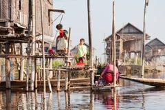 Местные люди в озере Inle, Мьянме Стоковое Изображение