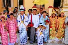 Местные люди в традиционных костюмах принимать свадьба cere стоковое изображение