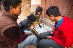 Местные люди играя шахмат в улице Стоковые Фото