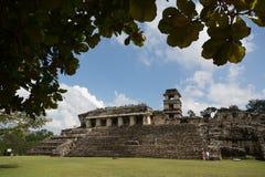 Местные люди наслаждаясь красивым днем в руинах Palenque в Мексике Стоковая Фотография RF