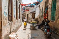 Местные люди на улице в каменном городке Каменный городок старая часть города Занзибара, столица Занзибара, Танзании Стоковая Фотография