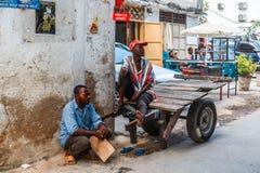 Местные люди на улице в каменном городке Каменный городок старая часть города Занзибара, столица Занзибара, Танзании Стоковые Фотографии RF