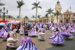 Местные люди танцуя во время фестиваля девственницы de Ла Кандели Стоковые Фотографии RF