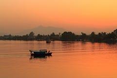 Местный заход солнца шлюпки Борнео, Саравак, Малайзия стоковая фотография rf