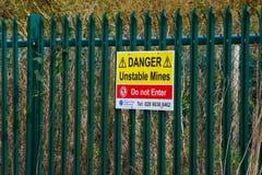 Местный знак совету предупреждает опасностей много вышедших из употребления и покинутых стволов шахты в историческом девятнадцато Стоковое Фото