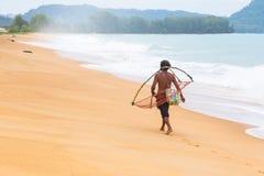 Местный рыболов Пхукета идя домой вдоль пляжа Пхукета от fi Стоковое Изображение RF