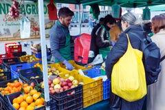 Местный рынок плодоовощ продажи Стоковая Фотография RF