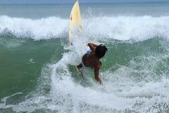 Местный серфер на Бали стоковое фото rf